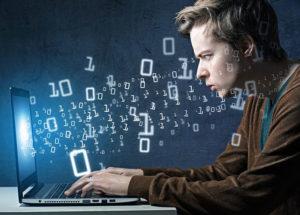 jeune mec, débutant en informatique travaille sur son ordinateur portable
