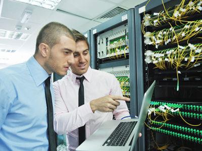 Deux experts en réseaux et systèmes