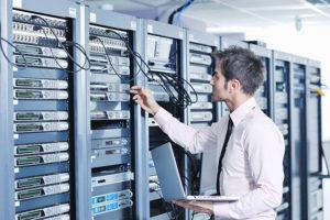 jeune technicien de maintenance de reseaux informatiques dans salle des serveurs