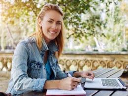 Jeune femme freelance avec son ordinateur portable