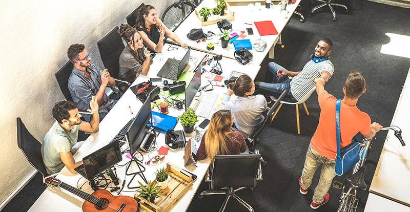 Groupe de travail avec jeunes stagieres dans une startup